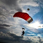 Der Fallschirmschüler leitete in seiner Panik das Notschirmprozedere ein - war dabei aber schon viel zu nah am Boden. (Bild: Getty)