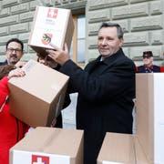 Werner Salzmann, SVP Nationalrat des Kantons Bern, bei der Einreichung des Referendums. (KEYSTONE/Peter Klaunzer)