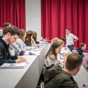 Studenten an der Uni Luzern. (Bild: Roger Grütter)