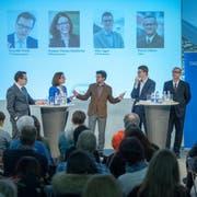 Vier Kandidierende und zwei Moderatoren auf dem Podium: (v.l.) Benedikt Würth (CVP), Susanne Vincenz-Stauffacher (FDP), Moderator Stefan Schmid («Tagblatt»-Chefredaktor), Mike Egger (SVP), Patrick Ziltener (Grüne) und Co-Moderator Andri Rostetter (Leiter Ressort Ostschweiz beim «Tagblatt»). (Bild: Urs Bucher)