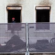 Das Mehrfamilienhaus nach dem Brand am Montag. Die Brandursache ist noch unklar. (Bild: Alexandra Wey/Keystone (26. November 2018))