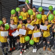 Am Samstagvormittag haben sich die Junioren des FC Altdorf für ein Ja zum Kunstrasenprojekt eingesetzt. (Bild: PD, Altdorf, 6. April 2019)