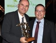 Chefarzt Yves Crippa mit der Symbol-Figur als individueller Preis für das Spital Grabs und Vereinspräsident Ivan Schurte.
