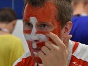 Gerry Kammerer schminkt sich im WC des Stadions von Nischni Nowgorod vor dem Spiel gegen Costa Rica. Das Schweizer Kreuz in seinem Gesicht hat Tradition. (Bild: Manuel Nagel)
