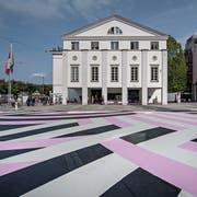 Die Frage Sanierung oder Neubau ist noch nicht entschieden. Klar ist aber, dass das künftige Theater einen grossen Teil des Theaterplatzes beanspruchen wird.Bild: Pius Amrein