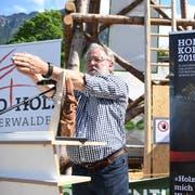 Oscar J. Schwenk, Verwaltungsratspräsident der Pilatus Flugzeugwerke, freut sich an der Iheimisch über die Auszeichnung «Holzkopf 2019» (Bild: Nadia Schärli, Buochs, 30. Mai 2019)