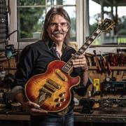 Urs Winkler hat sich einen Namen gemacht in der Gitarren-Branche. (Bild: Michel Canonica)
