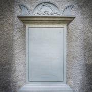 Der Gedenkstein an der Aussenmauer des Chors der Kirche St. Johann ist verwittert. (Bild: Andrea Stalder)