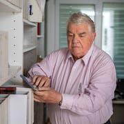 Max Luther besitzt über 250 Märchen-CDs, die er beinahe alle auswendig kennt. (Bilder: Michel Canonica)