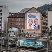 Ein Wahlplakat der Luzerner Ständeratskandidaten Andrea Gmür (CVP) und Damian Müller (FDP) im Gebiet Neustadt entlang der Bahngleise. Bild: Pius Amrein (Luzern, 18. September 2019)