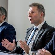 Der Luzerner Finanzdirektor Marcel Schwerzmann (Bildmitte) an einer Medienkonferenz des Kantons zu den finanziellen Aussichten für die Folgejahre. (Bild: Nadia Schärli)