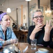 Tochter Jenny Heeb und Mutter Eveline Falk: 1991 gingen sie gemeinsam an den Frauenstreik, am Freitag sind sie erneut zu zweit unterwegs. (Bild: Ralph Ribi - 6. Juni 2019)