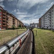 Die zweispurige Zufahrt zum Bahnhof Luzern im Bereich Bundesstrasse. Der Engpass könnte mit der Etappierung des Durchgangsbahnhofs schon vor 2040 entschärft werden. (Bild: Pius Amrein, 16. Juni 2017)