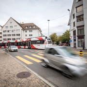 Städtisches Nadelöhr: grosses Verkehrsaufkommen am Holdertorkreisel kurz vor Mittag. (Bilder: Reto Martin)