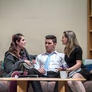 Szene aus dem Theater Triengen: Karl (Robin Steiger) wird in der Pension Mama von Susanne (Cheyenne Schär, links) und Kim (Michèle Villiger) bedrängt. (Bild: Pius Amrein, 8. Januar 2019)