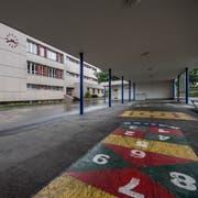 Das Schulhaus Höfli musste wegen des Giftstoffes Naphtalin geschlossen werden. Die Planung des Ersatzneubaus wurde wegen des Budget-Defizits zurückgestellt. (Bild: Pius Amrein (Ebikon, 6. Juli 2018))