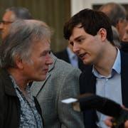 Benjamin Fischer, Präsident der Jungen SVP Schweiz, diskutiert angeregt mit einem Besucher. (Bild: Manuel Nagel)