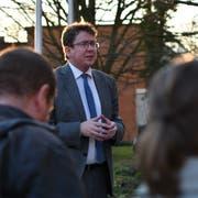 Albert Rösti spricht zu den Anwesenden im APZ-Hinterhof. (Bild: Manuel Nagel)