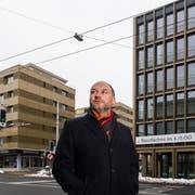 CVP-Einwohnerrat Kurt Gisler zwischen den beiden Gebäuden – links die Luzernerstrasse 11, rechts das neue Stadthaus. (Bild: Eveline Beerkircher, Kriens 7. Februar 2019)