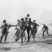 An Weihnachten 1914 spielen britische und deutsche Soldaten miteinander Fussball und schaffen Momente der Menschlichkeit mitten auf dem Schlachtfeld. (Bild: Getty)