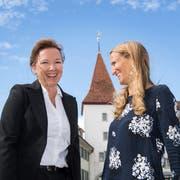 Die neu gewählte Sempacher Stadträtin Tanja Schnyder-Duss (links) nimmt von ihrer Konkurrentin Claudia Haas (ebenfalls FDP) Gratulationen entgegen. (Bild: Eveline Beerkircher, 23. September 2018)