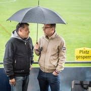 Interimspräsident Peter Forster und Juniorenobmann James Wehrli diskutieren über den wegen Regens gesperrten Fussballplatz. (Bild: Andrea Stalder)