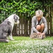 Simone Siegmann, Inhaberin des Hotels Wunderbar in Arbon mit ihrem Hund Kiwi im Garten des Hotels. (Bild: Andrea Stalder)