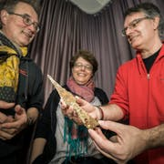 Hansjörg Brem, Simone Benguerel und Urs Leuzinger vom Thurgauer Amt für Archäologie präsentieren eine Speerspitze aus dem 15. Jahrhundert. (Bild: Reto Martin)