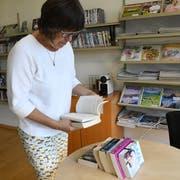 Uschi Tobler wirft einen Blick in die Bücher und kontrolliert, ob sie in Ordnung sind. (Bild: Rita Kohn)