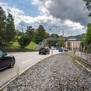 Die Teufener Strasse mit dem nicht mehr benötigten Schotterbett der Appenzeller Bahnen (AB) im Riethüsli. Die Passerelle im Hintergrund wird abgebaut und durch Fussgängerstreifen ersetzt, die mit Lichtsignalen gesteuert werden. (Bild: Michel Canonica - 25. August 2018)