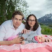 Mario und Alexandra Schenkel mit ihrer Tochter Valeria daheim im Garten – am Freitag startet das Crowdfunding «Rette Valeria». (Bild: Pius Amrein, Horw, 25. April 2019)