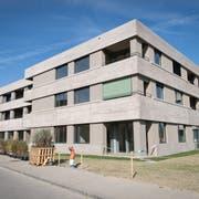 Die Aussenansicht des neuen Alterszentrums wird von Rohbeton dominiert. (Bild: Ralph Ribi)