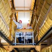 Die ersten Besucher des Reifekellers an der St. Karlistrasse in Luzern staunen über die vielen Käselaibe. Das Lagergefährt aus Holz wird von Hand betrieben und ist beinahe 100 Jahre alt. (Bild: Eveline Beerkircher, Luzern 24. Oktober 2018)
