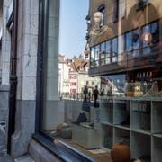 Die Krongasse in Luzern. Der Stadtrat will, dass im historischen Zentrum künftig längere Öffnungszeiten möglich sind. (Bild: Nadia Schärli, 22. Oktober 2018)