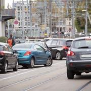 Geht es nach dem Stadtrat, sind die Parkplätze an der Bahnhofstrasse ab Anfang Dezember Geschichte. (Bild: Ralph Ribi)