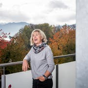Lis Hunkeler auf dem Balkon ihrer Wohnung in Meggen. (Bild: Roger Grütter, 6. November 2018)