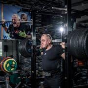 Nimmt's sozusagen nicht auf die leichte Schulter: Mirco Pinato in seinem Fitnessraum. (Bild: Pius Amrein, St. Erhard, 14. November 2018)