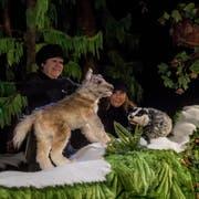 Marianne Hofer (links) und Regula Auf der Maur führen das Stück «De wissi Wolf» auf.Bild: Nadia Schärli (Luzern, 4. Dezember 2018)