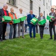 Das Komitee der Initiativen Luzerner Kulturlandschaft überreichte Ende Mai Kathrin Graber vom Kanton die gesammelten Unterschriften. Bild: Pius Amrein (Luzern, 22. Mai 2018)