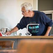 Hubert Lombard testet in seinem Haus in Hüttwilen technische Hilfsmittel für ein selbständiges Leben im Alter. (Bild: Reto Martin)
