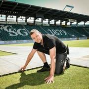 Benni Burkart, Leiter des Spiel- und Stadionbetriebs der FC St. Gallen Event AG, im Kybunpark. Auf den Rasen werden Schwerlastplatten gelegt. (Bild: Ralph Ribi)