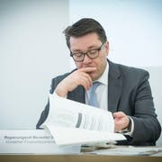 Ihm steht eine schwierige Debatte bevor: Der St.Galler Finanzchef Beni Würth an der Pressekonferenz zur kantonalen Rechnung. (Bild: Ralph Ribi, 19. März 2018)