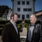 Thomas Roos, Gemeindepräsident von Ebersecken und Urs Kaufmann, Gemeindepräsident von Altishofen im Schlossgarten. Die beiden Gemeinden prüfen eine Fusion (Bild: Pius Amrein (Altishofen, 7. April 2017))