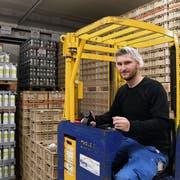 Logistiker Sedat Catan auf dem Hubstapler im Waren- und Auslieferungslager der Molkerei Biedermann. (Bild: Yvonne Aldrovandi-Schläpfer)