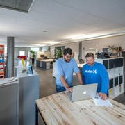 Die Kreativfabrik 62 betreibt in Oberkirch eigene Räume für Coworking und Innovation. Im Bild zwei der drei Geschäftspartner: Andreas Troxler (links) und Hansjörg Thalmann. (Bild: Pius Amrein, Oberkirch, 26. April 2018)