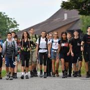 Lehrer Stefan Klocker (grünes T-Shirt) läuft mit seiner Klasse den letzten Übungsmarsch – von Weinfelden nach Amriswil. (Bild: Manuel Nagel, 29. August 2018)
