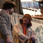 Falk Döhler und Jan Opderbeck spielen mehrere Rollen. (Bild: Rita Kohn)
