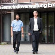 Die neu gewählten Emmer Gemeinderäte Brahim Aakti (links) und Patrick Schnellmann kurz nach Bekanntgabe des Resultats. (Bild: Eveline Beerkircher (Emmen, 23. September 2018))