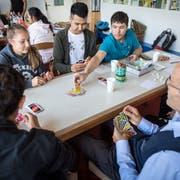 Am einen Tisch legen die Teilnehmer des Migrationstreffs fleissig «Uno»-Karten ab. (Bilder: Reto Martin)