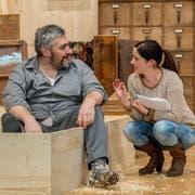 Regisseurin Helen Burri bespricht mit Walter Bühler in seiner Rolle als Schreiner Sepp eine Szene auf der Bühne. (Bild: Nadia Schärli, Schwarzenberg, 8. Januar 2019)